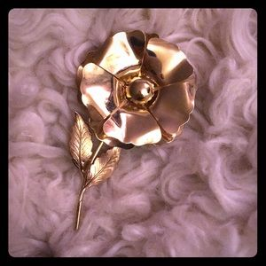 VTG flower pin Gold tone 3D design Pretty 🌼